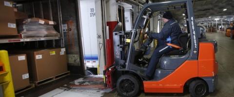 Carretillero-cargando-un-camion