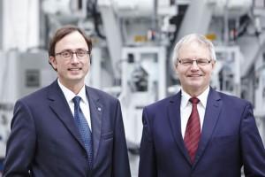 Analizamos el crecimiento de los sacos de plástico con el Sr. Robert Brüggemann (izquierda) - Director de la División de Química y el Sr. Heinz-Werner Bunse (derecha) - Director de Ventas de la División de Cemento.