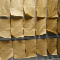 Papel recubierto con tintas biobasadas con propiedades barrera a aceites.